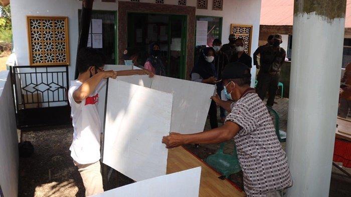 Kesibukan panitia pilkades di sebuah TPS di salah satu desa di wilayah Kecamatan Karang Intan, Kabupaten Banjar, Kalimantan Selatan, Minggu (23/5/2021).