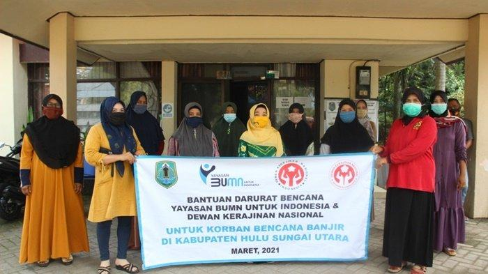 Ketua Dekranasda Kabupaten Hulu Sungai Utara (HSU), Hj Anisah Rasyidah Wahid, foto bersama dengan para perajin.