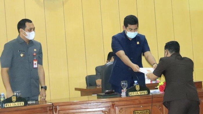 Ketua Dewan Perwakilan Rakyat Daerah Kota Banjarbaru, Fadliansyah, SH, MH, serah terima terima dokumen tiga aturan daerah dengan anggota DPRD Kota Banjarbaru.