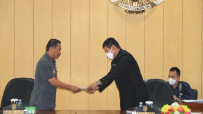 Ketua DPRD Banjarbaru Fadliansyah SH MH  saat menerima penyampaian tiga raperda dari Wakil Wali Kota Banjarbaru Wartono SE.