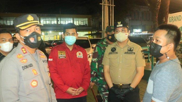 Ketua DPRD Kota Banjarbaru, Fadliansyah SH MH (baju merah), dan Wali Kota Banjarbaru, HM Aditya Mufti Ariffin, bersama Kapolres dan Dandim, saat Operasi Yustisi menanyai pengelola salah satu kafe, Sabtu (13/3/2021) malam.