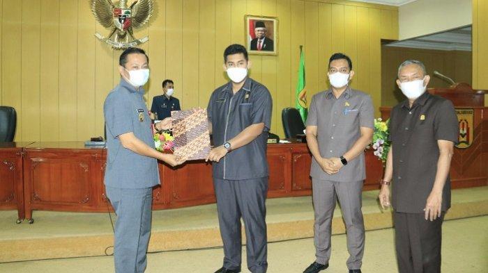 Ketua DPRD Banjarbaru Fadliansyah Akbar menyerahkan rekomendasi DPRD Banjarbaru terkait LKPJ Pemko Banjarbaru 2020, Senin (26/4/2021).