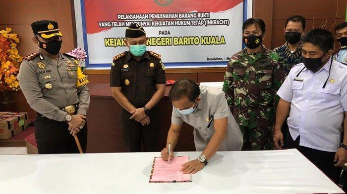 Ketua DPRD Barito Kuala, Saleh, membubuhkan tanda tangan disaksikan pimpinan forkopimda dan yang mewakili, dalam acara pemusnahan barang bukti kejahatan di Kejaksaan Negeri Barito Kuala, Kota Marabahan, Kalimantan Selatan, Rabu (24/3/2021).