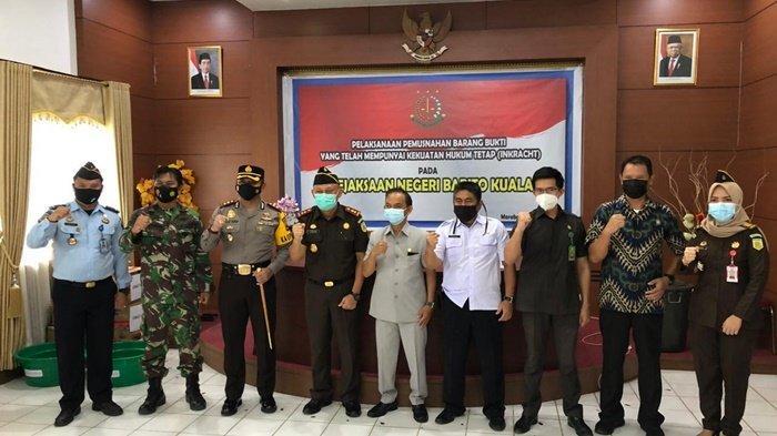 Ketua DPRD Barito Kuala, Saleh (lima dari kanan), foto bersama pimpinan forkopimda dan yang mewakili dalam acara pemusnahan barang bukti kejahatan di Kejaksaan Negeri Barito Kuala, Kota Marabahan, Kalimantan Selatan, Rabu (24/3/2021).