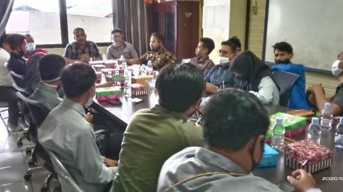 Ketua DPRD Kabupaten Kotabaru, Syairi Mukhlis, pimpin pertemuan dengan BEM dan KSPS Kalsel, Sabtu (10/10/2020).