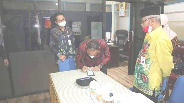 Ketua DPRD Kabupaten Kotabaru, Syairi Mukhlis, menandatangani dokumen program penyediaan Air Minum dan Penyehatan Lingkungan (AMPL), Kamis (16/9/2021).