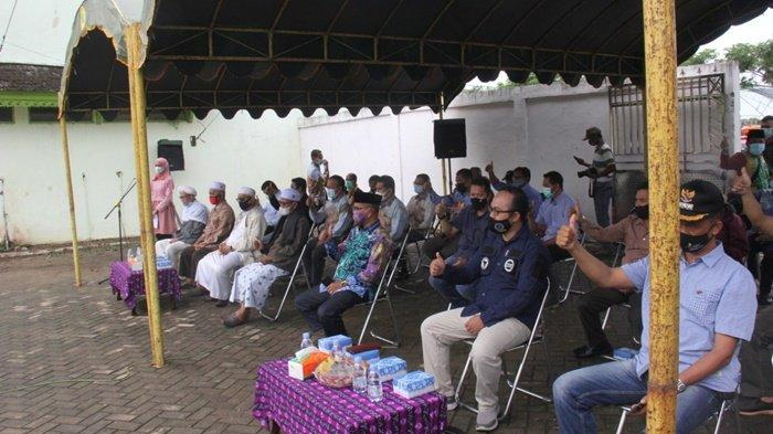 Penyambutan rombongan Ketua DPRD Provinsi Kalimantan Selatan H Supian HK, SH, MH, yang akan salurkan bantuan untuk korban banjir di Kabupaten Hulu Sungai Utara (HSU), Sabtu (23/1/2021).