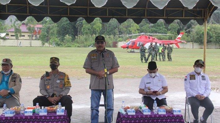 Ketua DPRD Provinsi Kalimantan Selatan, H Supian HK, SH, MH, beri sambutan saat baru tiba di lapangan sepak bola Karias, Amuntai, Kabupaten Hulu Sungai Utara (HSU), untuk serahkan bantuan kepada korban banjir Sabtu (23/1/2021).