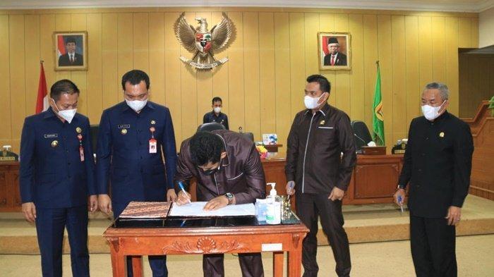 Ketua DPRD Kota Banjarbaru, Fadliansyah SH MH, menandatangani dokumen setelah rapat paripurna beragendakan penyampaian raperda, Rabu (31/3/2021).