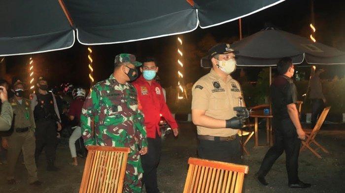 Ketua DPRD Kota Banjarbaru, Fadliansyah SH MH (baju merah), dan Wakil Ketua DPRD Kota Banjarbaru, Taufik Rahman, SH MH (hem hitam), bersama yang lain saat meninjau penerapan PPKM Mikro di salah satu tempat di Kota Banjarbaru, Kalimantan Selatan, Sabtu (13/3/2201) malam.