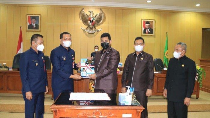 DPRD dan Wali Kota Banjarbaru Sahkan Tiga Perda Baru