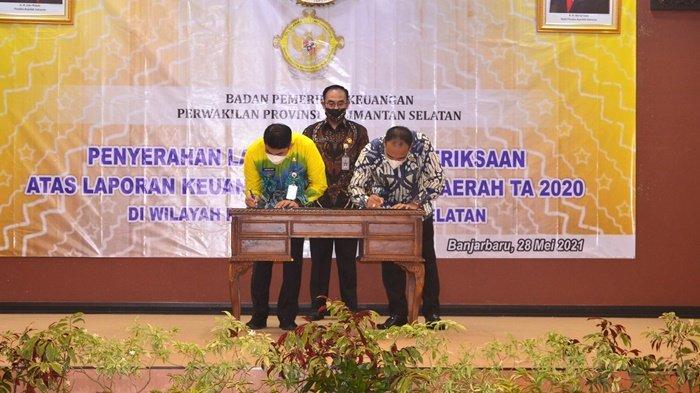 Ketua DPRD Syairi Mukhlis (kanan), Wakil Bupati Kotabaru Andi Rudi Latif (kiri) menandatangi penyerahan LHP atas laporan keuangan Pemda tahun 2020. Kotabaru kembali menerima predikat opini WTP keenam kalinya, Jumat (28/5/2021).