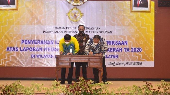 Ketua DPRD Syairi Mukhlis (kanan), Wakil Bupati Kotabaru Andi Rudi Latif (kiri) menandatangi penyerahan LHP atas laporan keuangan Pemda tahun 2020. Kotabaru kembali menerima predikat opini WTP keenam kali berturut-turut