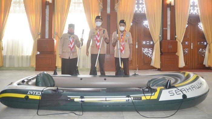 Ketua Kwarcab Kabupaten Barito Kuala (Batola), H Rahmadian Noor (tengah), di depan perahu karet di lokasi perayaan Hari Pramuka yang ke-60 di Mahligai Pancasila, Kota Banjarmasin, Provinsi Kalimantan Selatan (Kalsel), Senin (13/9/2021).