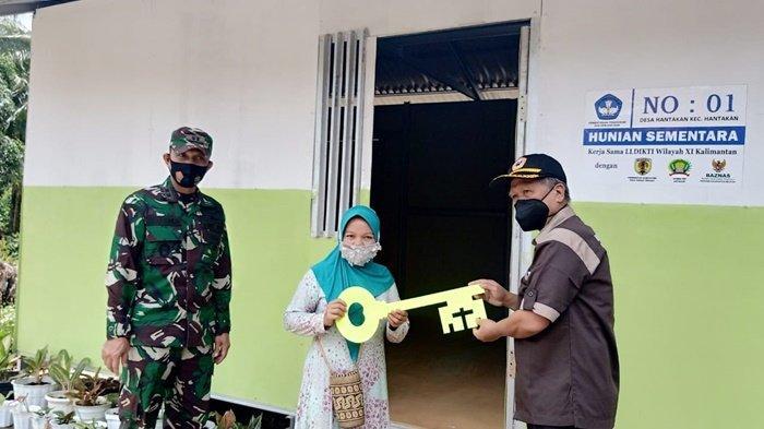 Hunian Sementara Siap Dihuni Warga, Ketua LLDIKTI Kalimantan Serahkan Kunci