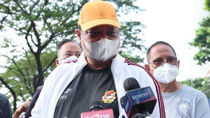 Ketua Umum Partai Golkar, Airlangga Hartarto, dicegat para jurnalis di sela olahraga bersama Ketua Umum PKB, Abdul Muhaimin Iskandar atau yang biasa disapa Cak Imin di kawasan SCBD, Jakarta Selatan, Sabtu pagi (25/9/2021).