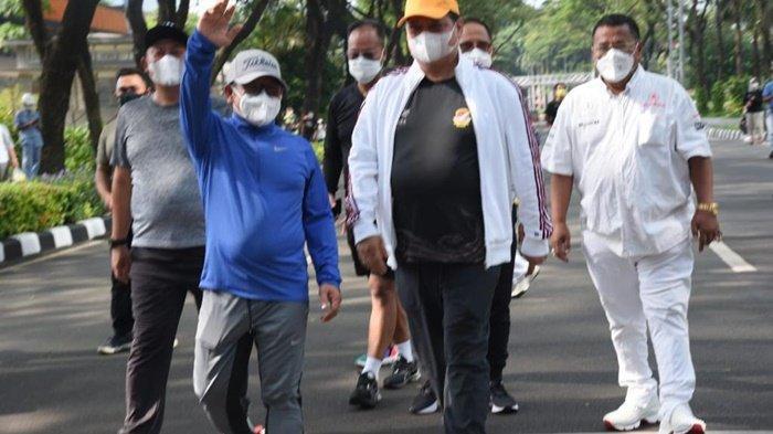 Ketua Umum PKB, Abdul Muhaimin Iskandar atau yang biasa disapa Cak Imin, melambai tangan saat olahraga bersama Ketua Umum Partai Golkar, Airlangga Hartarto, di kawasan SCBD, Jakarta Selatan, Sabtu pagi (25/9/2021).
