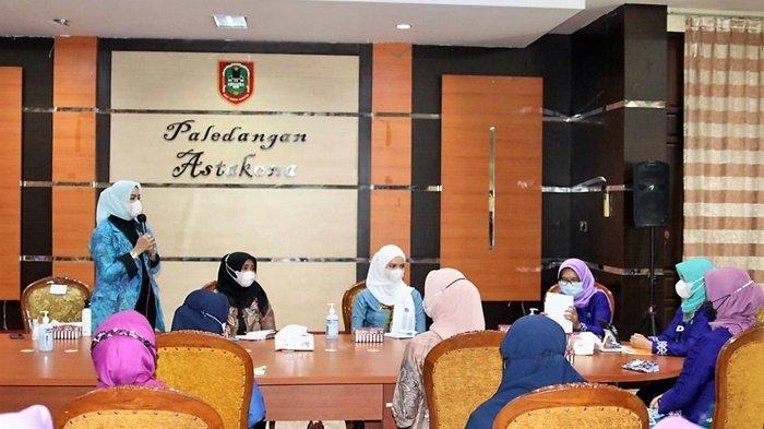Ketua PKK Kabupaten Banjar, Hj Nur Gita Tyas Saidi Mansyur, (berdiri) pada saat rapat koordinasi PKK Provinsi Kalimantan Selatan di Banjarmasin.