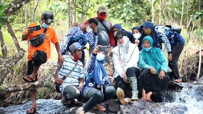 Ketua PKK Kabupaten Banjar, Hj Nurgita Tyas berfoto, bersama rombongan di air terjun saat kunjungan di Desa Kiram, Kecamatan Karang Intan, Kabupaten Banjar, Kalimantan Selatan, Senin (12/4/2021).