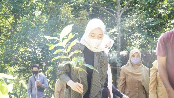 Ketua TP PKK HST Cheri Bayuni Budjang bersama pengurus PKK HST lainnya  menanam bibit jambu di Kebun PKK HST di Kecamatan Labuanamas Selatan, Senin (31/5/2021).