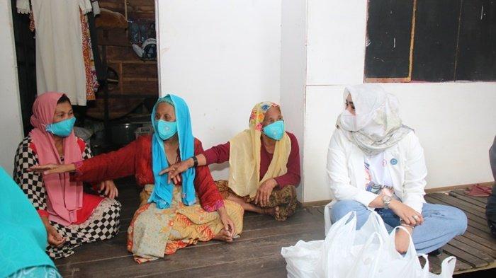 Ketua Tim Penggerak PKK Kabupaten Banjar, Hj Nurgita Tiyas Saidi Mansyur, dialog dengan warga di bekas lokasi kebakaran di Desa Kalampayan Ulu, Kecamatan Astambul, Kalimantan Selatan, Kamis (6/5/2021).