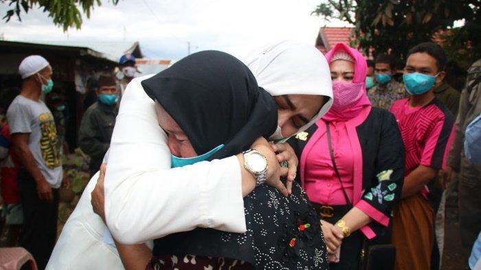Kunjungan Ketua PKK Kabupaten Banjar Disambut Haru Korban Kebakaran di Astambul