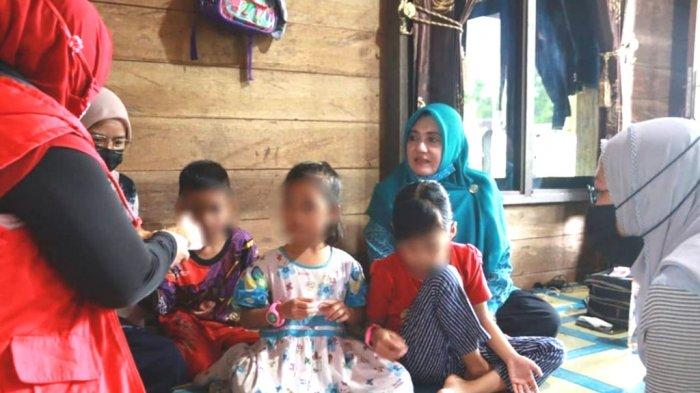 Ketua Umum TP PKK Kotabaru Hajjah Fatma Idiana bersama anak-anak ditelantarkan orangtuanya