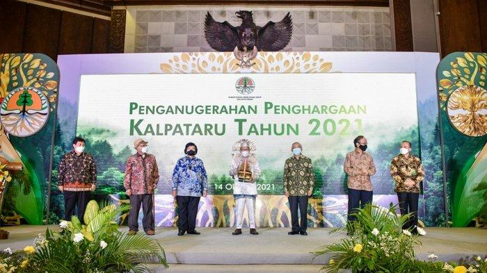 Pemimpin Pondok Pesantren Darul Hijrah Cindai Alus Kabupaten Banjar, KH Zarkasyi Hasbi, mendapat penghargaan Kalpataru 2021.