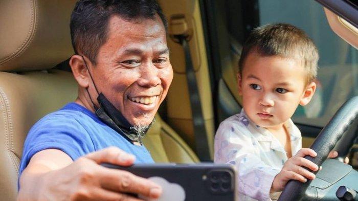 Pose Kiano Gantikan Pak Slamet Jadi Sopir Baim Wong Curi Perhatian, Lihat Tatapan Matanya
