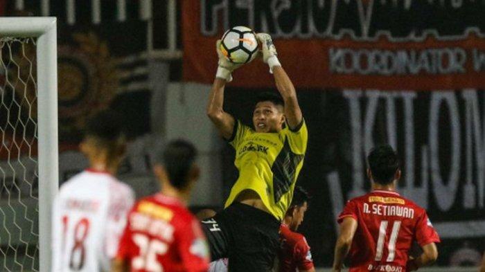 Kiper Persija Jakarta Daryono berebut bola dengan pemain Persipura Jayapura saat Liga 1 2018 di Stadion Pakansari, Bogor, Jumat (25/5/2018). Persija menang dengan skor 2-0.