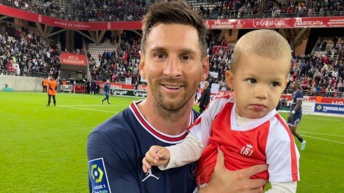 Foto anak kiper Reims, Predrag Rajkovic bersama Lionel Messi saat debut bersama Paris Saint-Germain (PSG) Senin (30/8/2021) dini hari WIB
