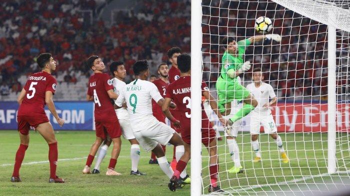 Kiper Timnas U-19 Qatar gagal mengantisipasi tendangan bebas pemain Timnas U-19 Indonesia, Muhammad Lutfi Kamal (tidak terlihat) sehingga berbuah gol dalam laga Grup A Piala Asia U-19 2018 di Stadion Utama Gelora Bung Karno (SUGBK), Senayan, Jakarta Pusat, Minggu (21/10/2018) malam.