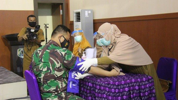 Komandan Kodim 1001/Amuntai, Letkol Inf Ali Ahmad Satriadi, menjadi orang pertama di Kabupaten Hulu Sungai Utara (HSU) yang mendapatkan vaksin Sinovac, Senin (1/2/2021).