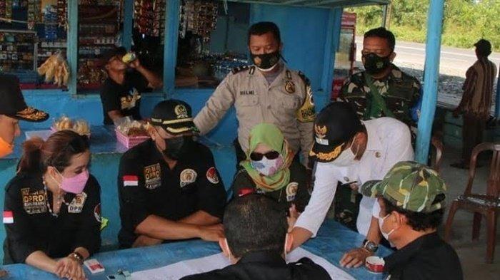 Komisi III DPRD Kota Banjarbaru melihat peta permukiman akses warga di Handil VI Kelurahan Syamsudin Noor, Kecamatan Landasan Ulin, Rabu (2/6/2021) siang.