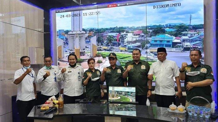Komisi III Dewan Perwakilan Rakyat Daerah (DPRD) Kota Banjarbaru foto bersama di ruang Command Center Pemko Banjarbaru, Kalimantan Selatan, Rabu (24/3/2021) siang.
