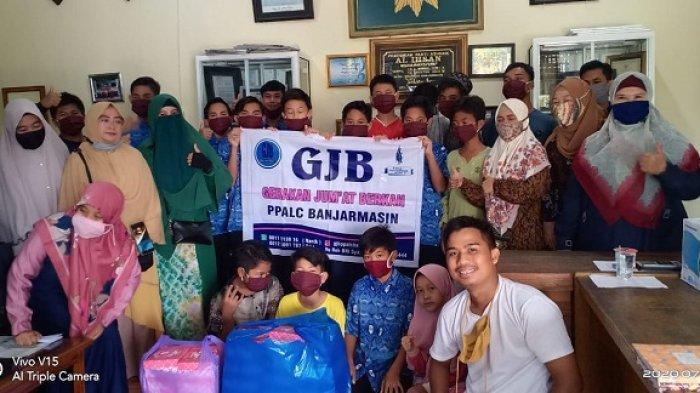 Kunjungi Panti Asuhan, Komunitas Gerakan Jumat Berkah Banjarmasin Bagikan Nasi Kotak