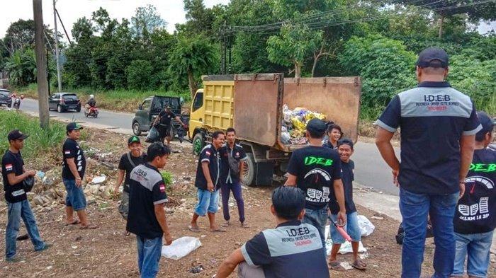 Tiga Jam Para Sopir dari Indonesia Driver Elite Borneo Kumpulkan Sampah Pascahaul Guru Sekumpul