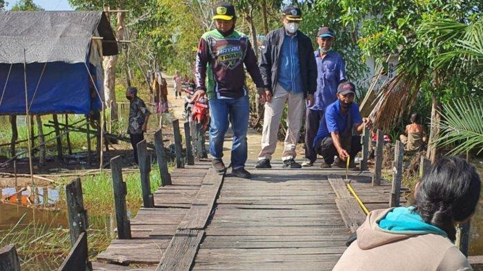 Kondisi jembatan yang rusak sebelum dilakukan pembangunan ulang di Desa Tanipah, Kecamatan Mandastana