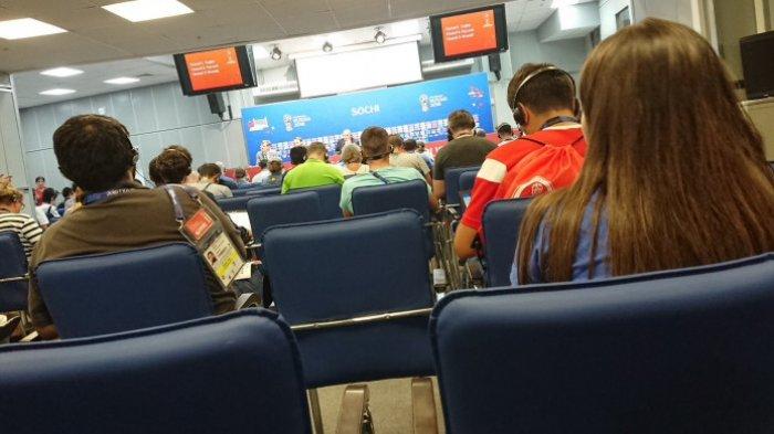 Saat-saat Pelatih Timnas Rusia Gagal Fokus Ketika Mendapat Pertanyaan Wartawan