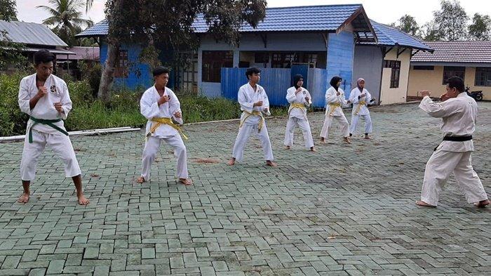 Kontingen Shorinji Kempo Kabupaten Barito Kuala (Batola) sedang berlatih, bagian dari persiapan mengikuti Popda Kalimantan Selatan 2021.