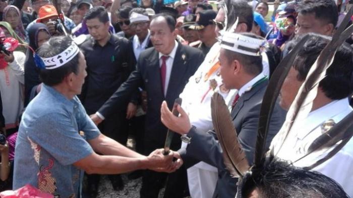 Bela Kepentingan Nelayan, Menteri Kelautan Mendapat Gelar Kehormatan Warga Adat