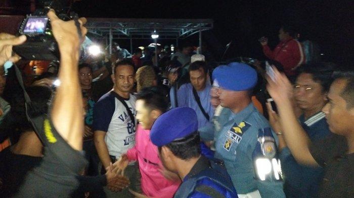Isak Tangis Warnai Penyambutan Korban Speedboat yang Hilang di Perairan Samber Gelap