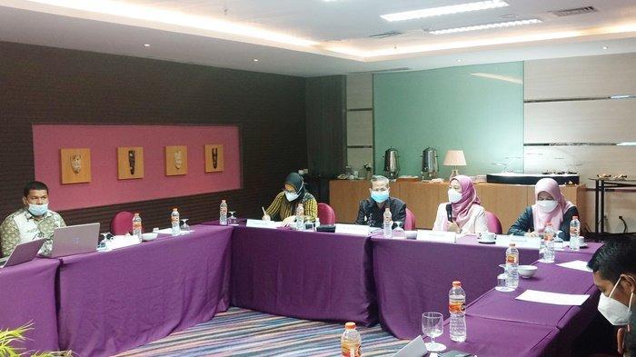 Pertemuan Komisi Penyiaran Indnoesia (KPI) Pusat dengan KPI Kalimantan Selatan, terkait hasil riset  kualitas program siaran televisi berjaringan, bertempat di Mercure Hotel Banjarmasin, Kamis (3/6/2021).
