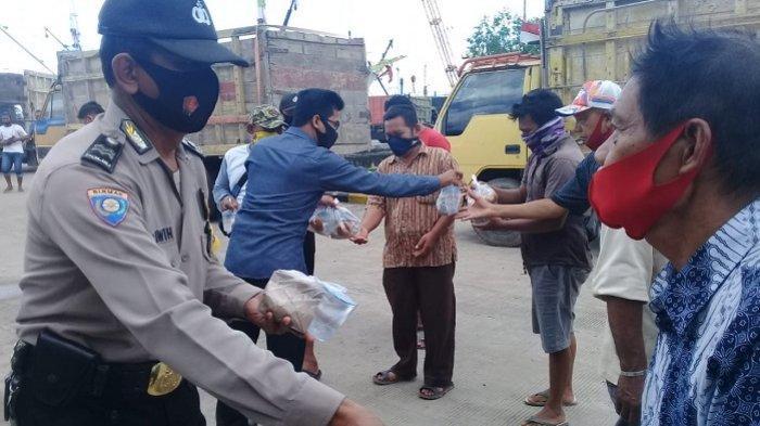 Kesatuan Pelabuhan Laut (KPL) Polresta Banjarmasin membagikan sebanyak 50 nasi bungkus kepada buruh angkut, di Pelabuhan Martapura Baru, Jumat (16/10/2020)