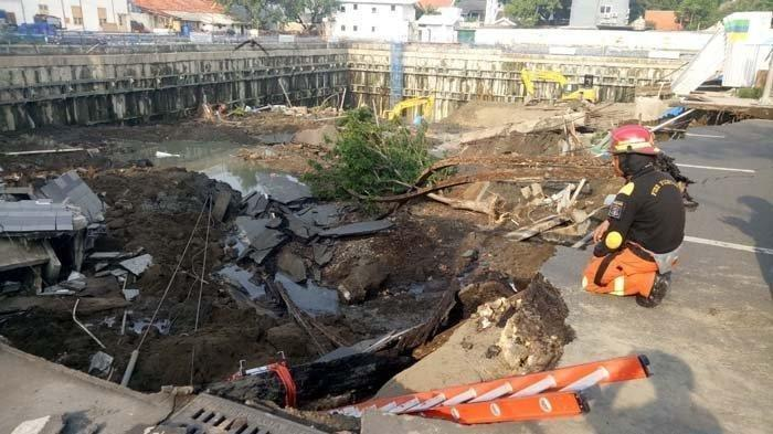 Sikap Wali Kota Surabaya Saat Datangi Lokasi Jalan Gubeng Ambles, Risma Pucat dan Cedera Kaki