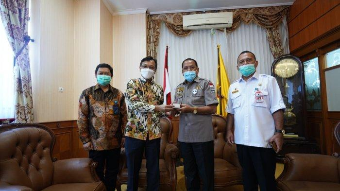 General Manager PLN UIKL Kalimantan Daniel Eliawardhana dan GM UIW Kalselteng Tony Belamy disambut hangat Ketua DPRD Kalsel H Supian HK SH MH, di Kantor DPRD Kalsel, Rabu (21/4/2021)