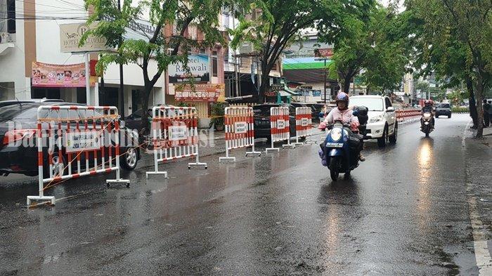 Truk Bongkar Muat di Pinggir Jalan Kolonel Soegiono Banjarmasin