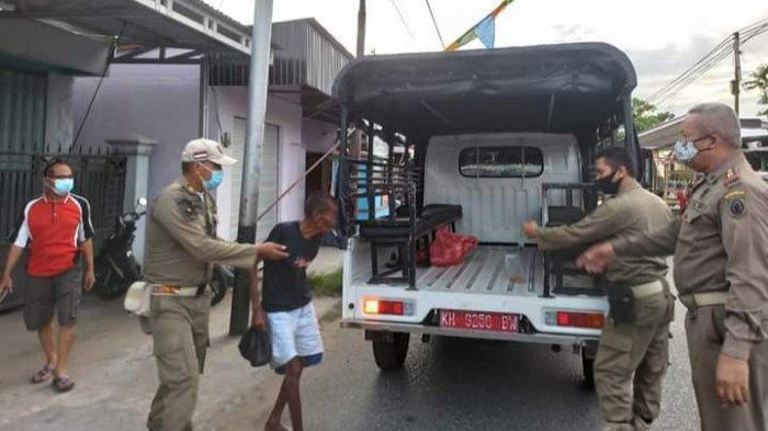 Satpol PP Kapuas Pulangkan Lansia di Jalanan ke Tempat Tinggal Asal
