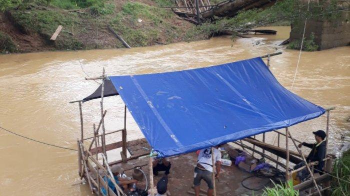 Jembatan Batu Harang Putus, Warga Bikin Lanting Agar Bisa Menyebrang Sungai