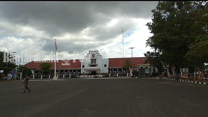 Lapangan Murjani, Kota Banjarbaru, Provinsi Kalimantan Selatan ( Kalsel ), tempat warga berolahraga dan juga didatangi pengunjung, namun akan selalu dipantau petugas Satpol PP yang bertujuan untuk mencegah penyebaran Covid-19, Rabu (5/8/2020).